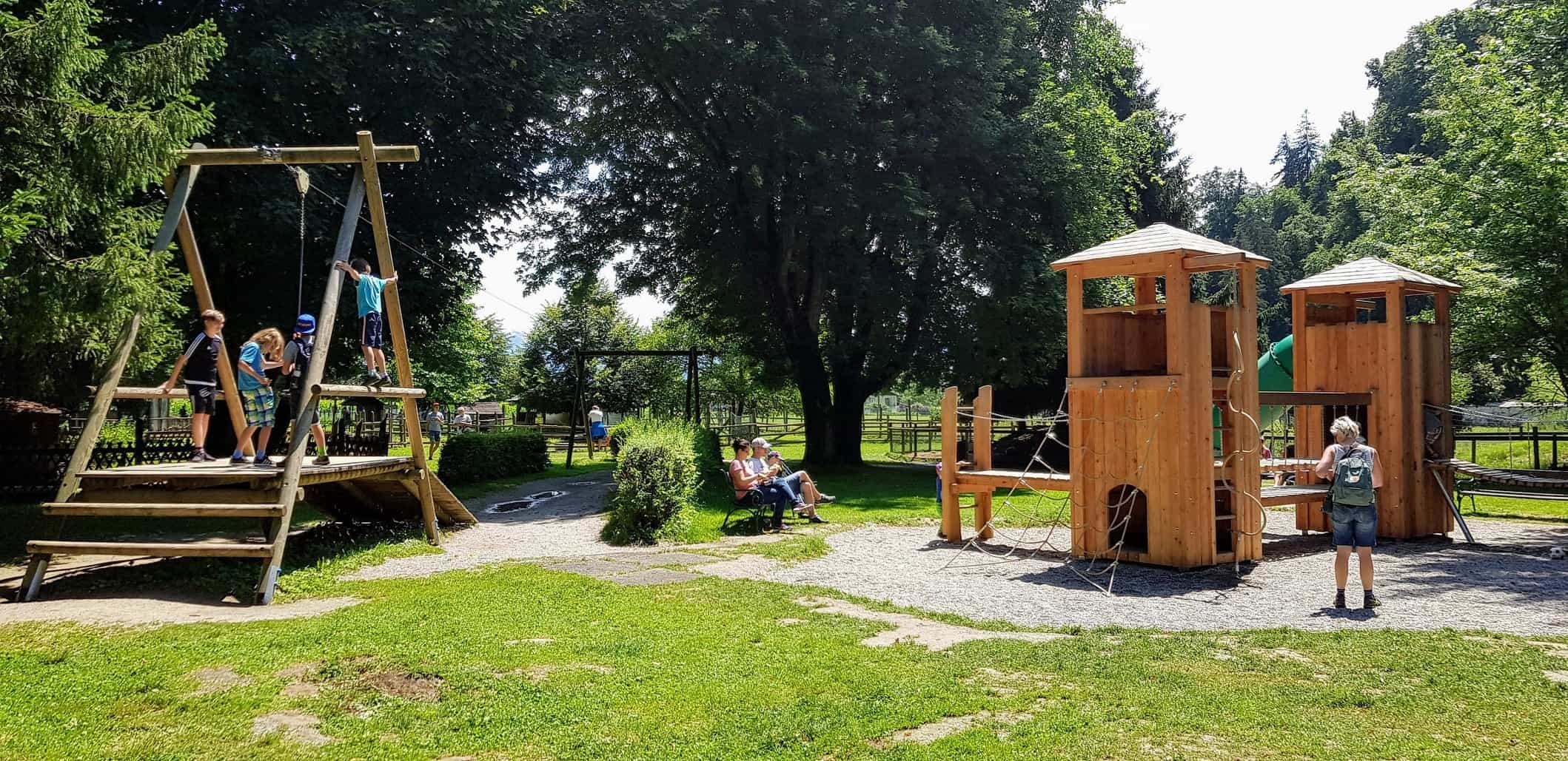 Kinderspielplatz neben Streichelzoo im Tierpark Rosegg in Kärnten - Ausflugsziel für Familien im Freien Nähe Wörthersee