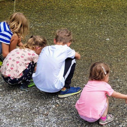 Kleine Gewässer begeistern Kinder entlang der Großglockner Hochalpenstraße zwischen Kärnten und Salzburg in Österreich
