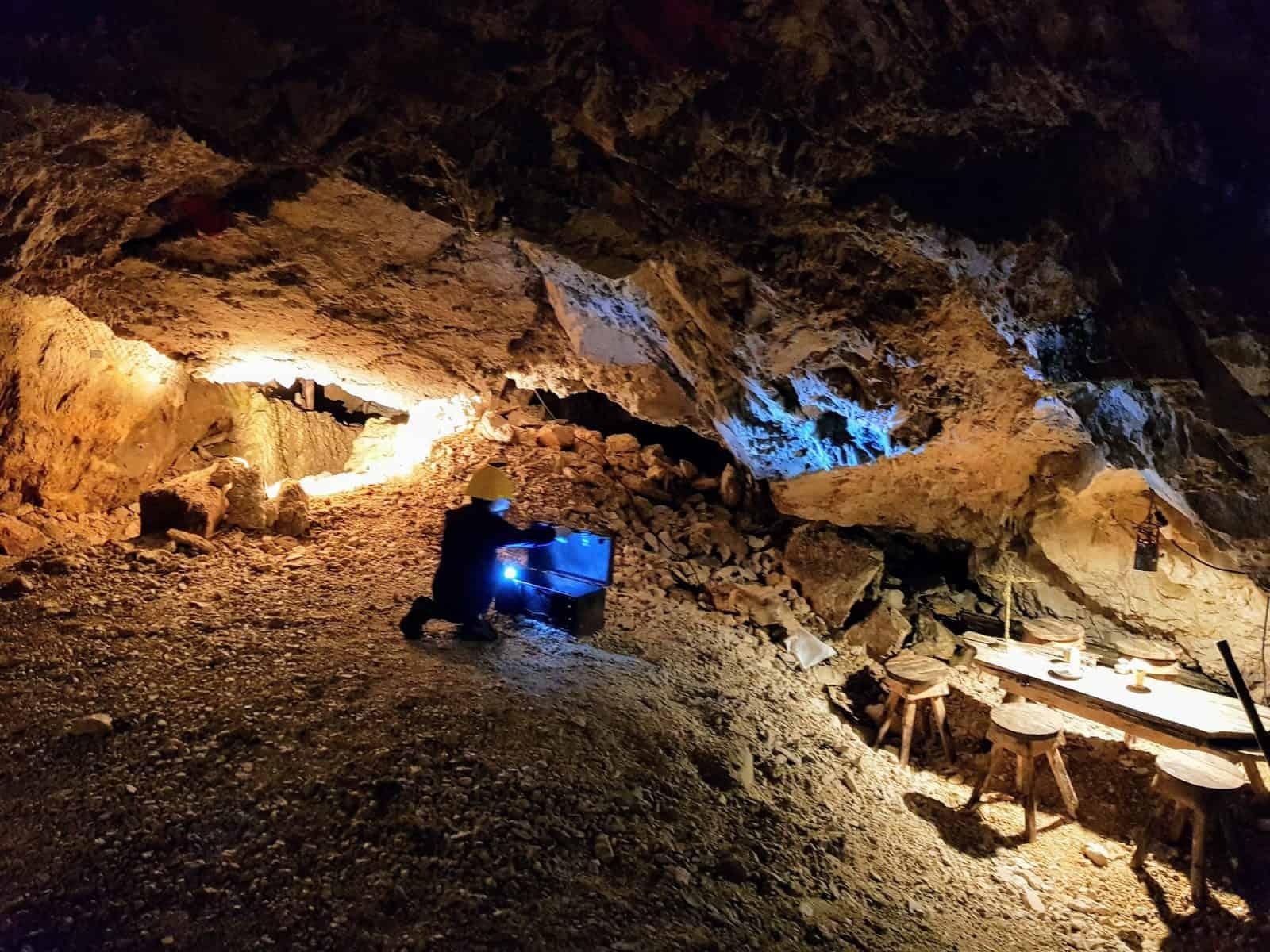 Kind bei Schatzkiste in Obir Tropfsteinhöhlen - Familienprogramm in Höhle
