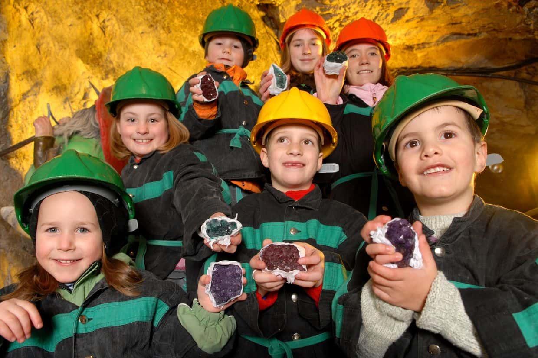 Schatzsuche für Kinder bei Führungen im Schaubergwerk Terra Mystica Nähe Villach in Kärnten, Sehenswürdigkeit in Österreich