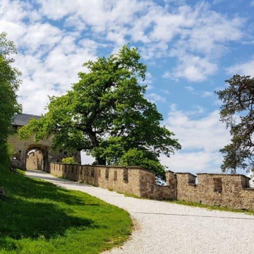 Mit Kinderwagen befahrbarer Spazierweg auf die Burg Hochosterwitz - Sehenswürdigkeit in Kärnten, Österreich